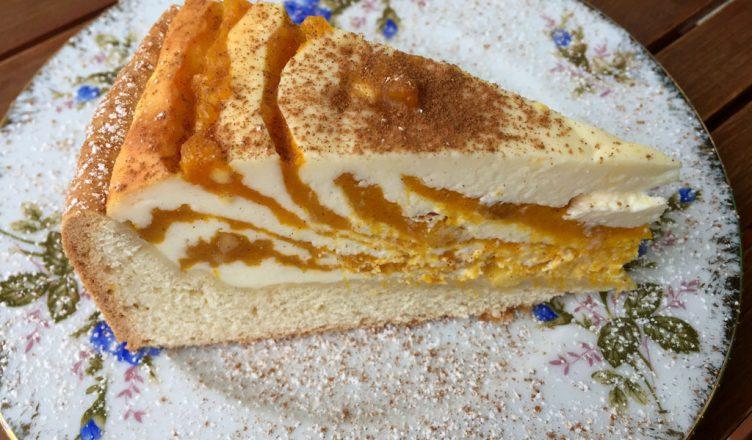 Ein Stück des Herbstkuchens auf einem Teller.