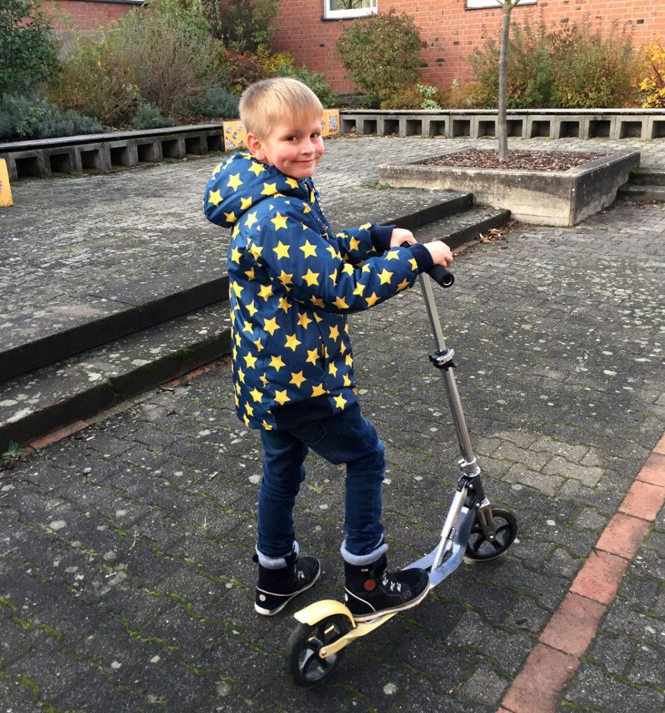 Der Junge und sein Roller