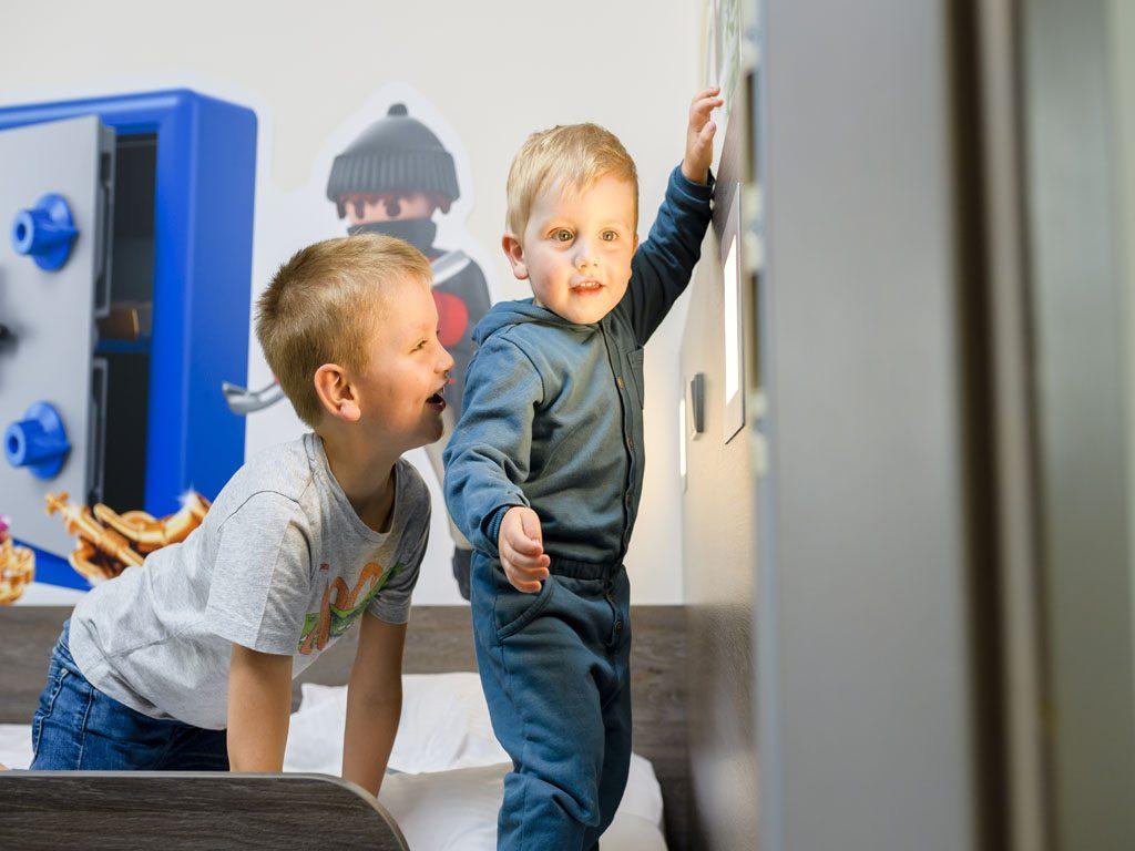 zwei Jungs spielen mit dem Lichtschalter