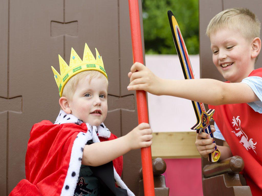 Die Kinder sind als König und Ritter verkleidet