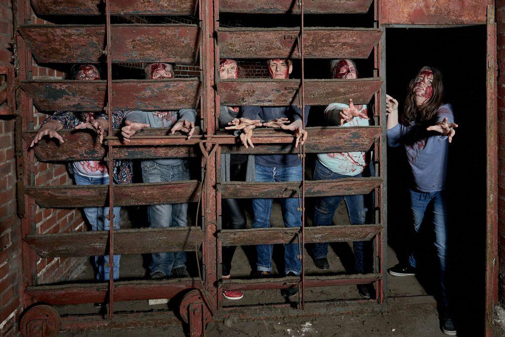 die verzweifelten Zombies versuchen auszubrechen.