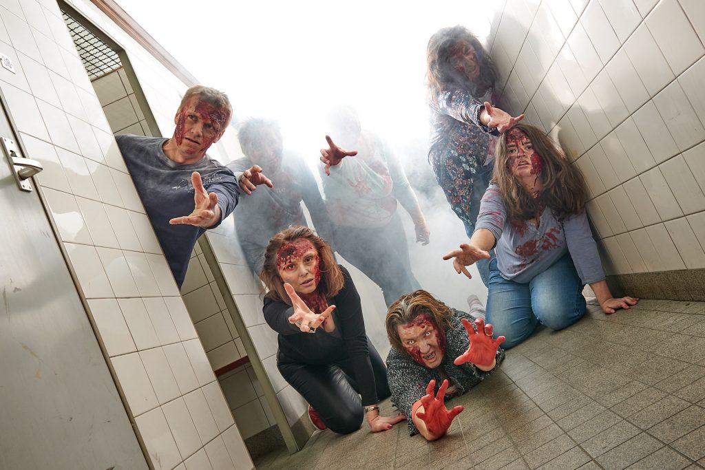ein Rudel Zombies an heruntergekommenen und verschmutzten Kabinen