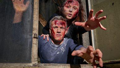 Zwei Zombies versuchen durch ein Fenster reinzukommen.