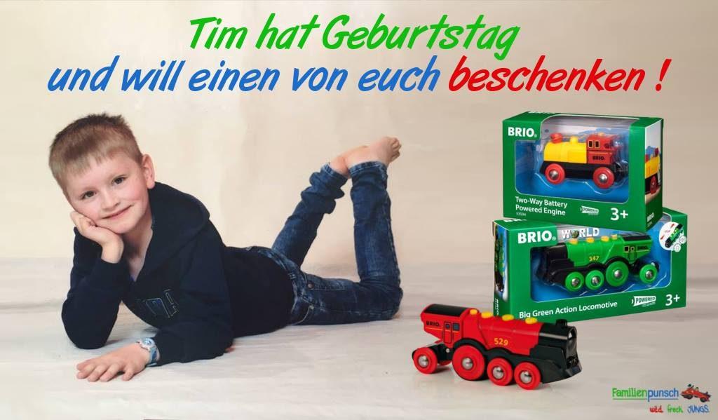 Auf dem Bild ist ein Junge und der Gewinn der Verlosung - 3 Brio Lokomotive -abgebildet