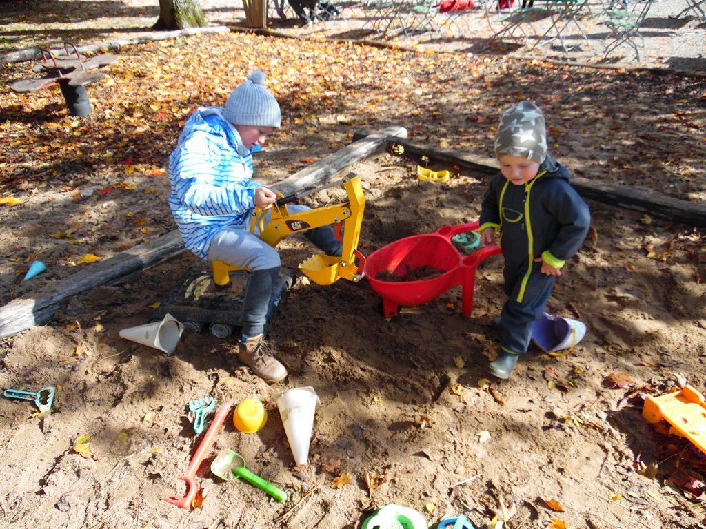 Die Kinder spielen im Sandkasten