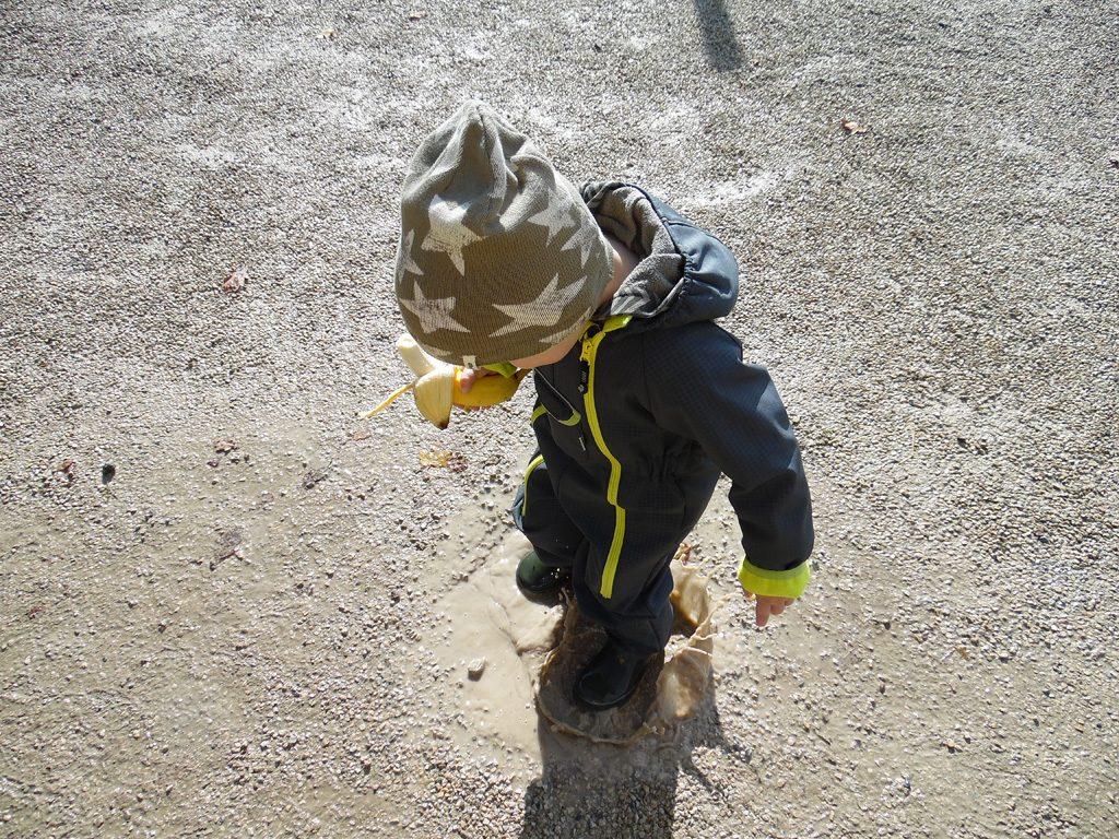 eine weitere Wasserpfütze und ein glückliches Kind