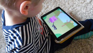 Das Kind spilt Lingumi am iPad