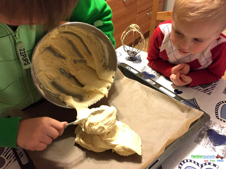 Schneeballkuchen Teil auf dem Blech verteilen