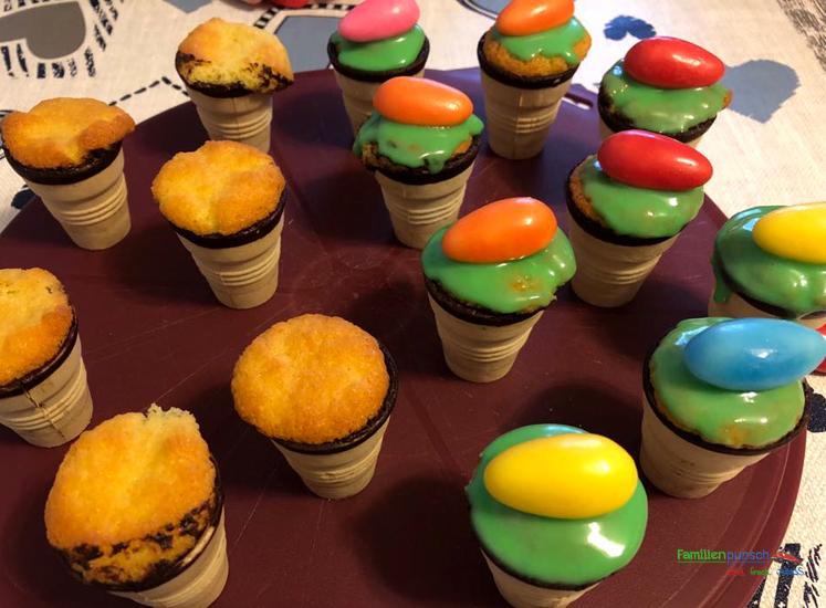 Osternest-Kuchen - verzierte und noch nicht dekorierte Kuchen