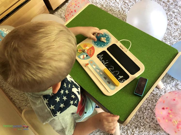 Kindertisch- und Kinderstuhlset und mein erster Kalender von PlanToys - Uhr einstellen
