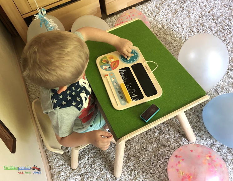 Kindertisch- und Kinderstuhlset und mein erster Kalender von PlanToys - Uhr