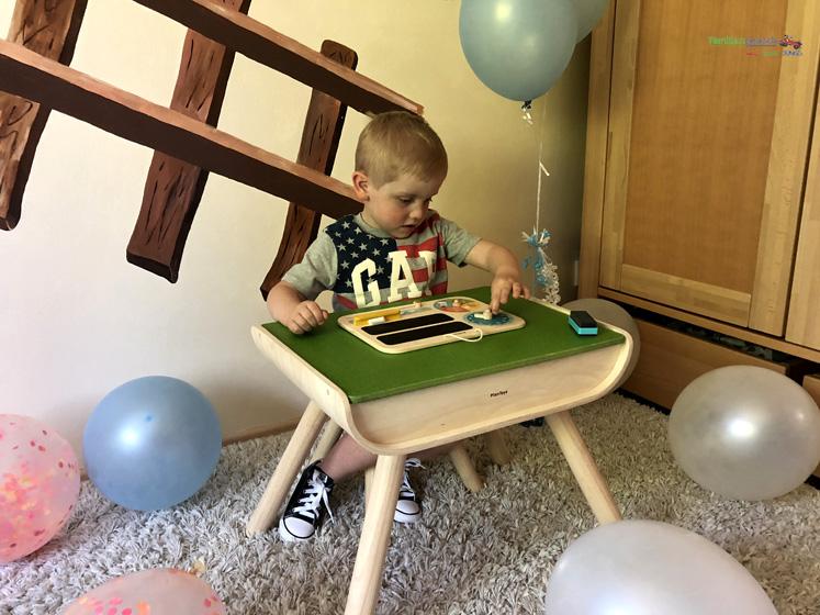 Kindertisch- und Kinderstuhlset und mein erster Kalender von PlanToys - spielen mit der Uhr