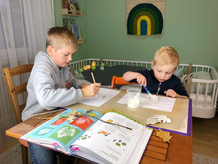 Werkbuch für Kinder - Blätter anmalen
