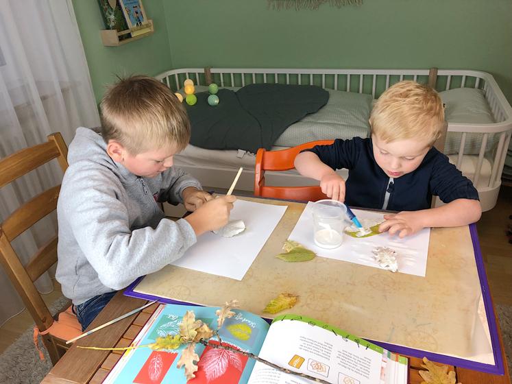 Werkbuch für Kinder - Rückseite der Blätter anmalen