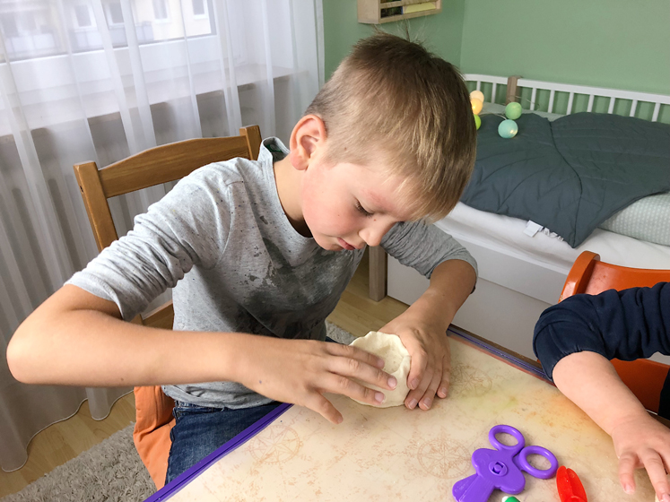 Werkbuch für Kinder - die Tasse nach oben formen