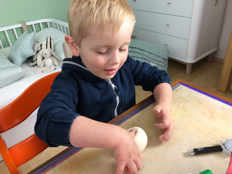 Werkbuch für Kinder - ein Loch drücken