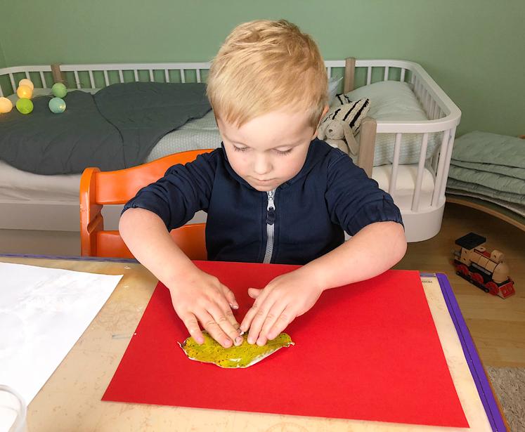 Werkbuch für Kinder - mit der flachen Hand andrücken